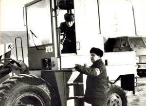 1984 г. Начальник автоколонны автобазы №3 Зевин А. М. ставит задачи машинисту погрузчика