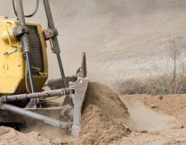 Разравнивание грунта бульдозером как неотъемлемый этап строительства автомобильной дороги